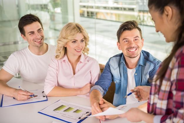 Ragazza che presenta nuovi affari per i colleghi nella sala riunioni. Foto Premium