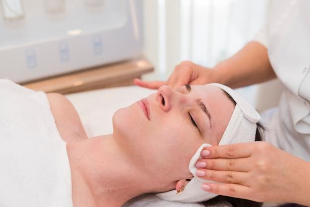 Ragazza che riceve un trattamento viso in un salone di bellezza Foto Gratuite