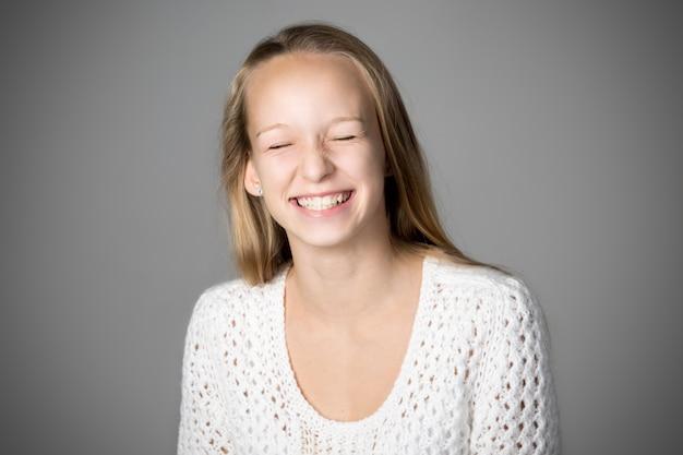 Ragazza che sorride con gli occhi chiusi | Foto Premium
