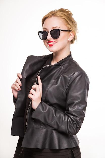 Ragazza che sorride in giacca e occhiali Foto Premium