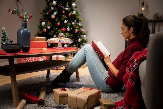 Ragazza che sta leggendo un libro Foto Gratuite