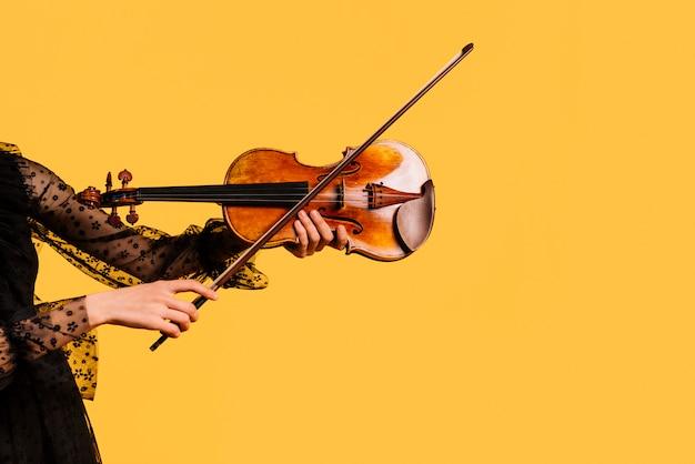 Ragazza che suona il violino Foto Gratuite