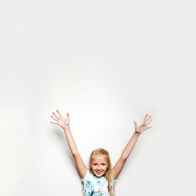Ragazza che tiene le mani in su sorridente Foto Gratuite