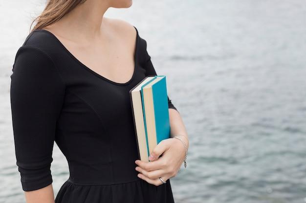 Ragazza che tiene un libro Foto Gratuite