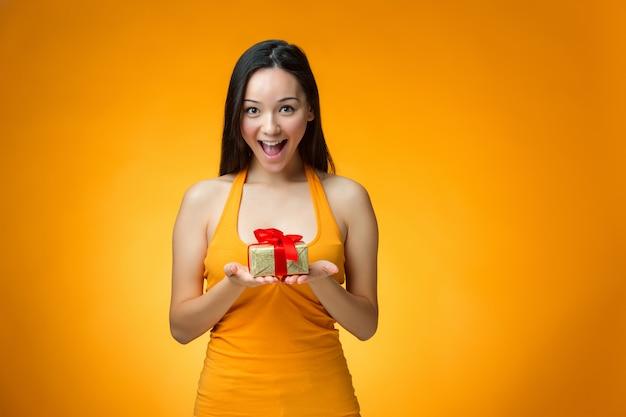 Ragazza cinese con un regalo Foto Gratuite