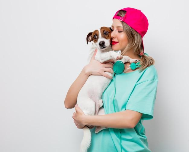 Ragazza con cane jack russell terrier Foto Premium