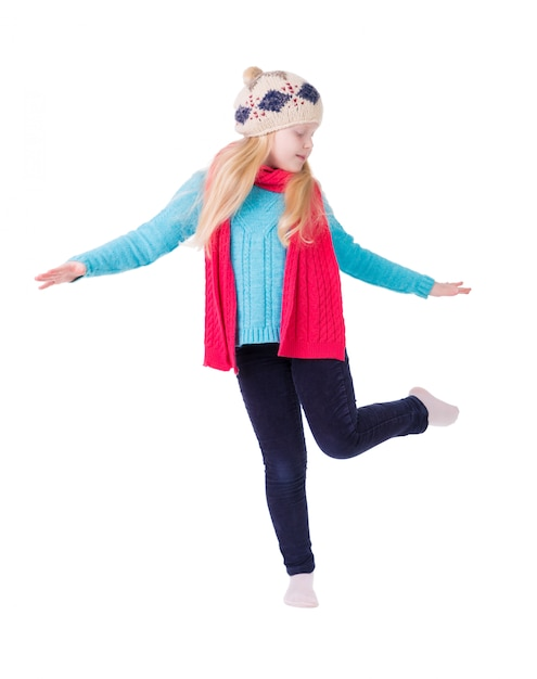 Ragazza con capelli biondi in vestiti di inverno che posano sull'isolato bianco Foto Premium