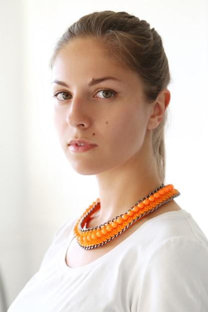Ragazza con collana arancione da portare Foto Gratuite
