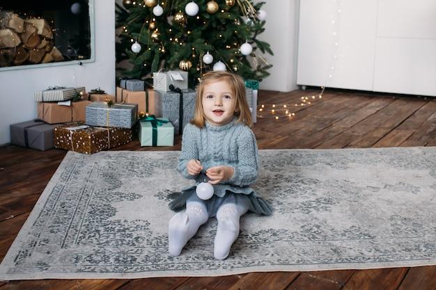 Ragazza con confezione regalo di natale Foto Premium
