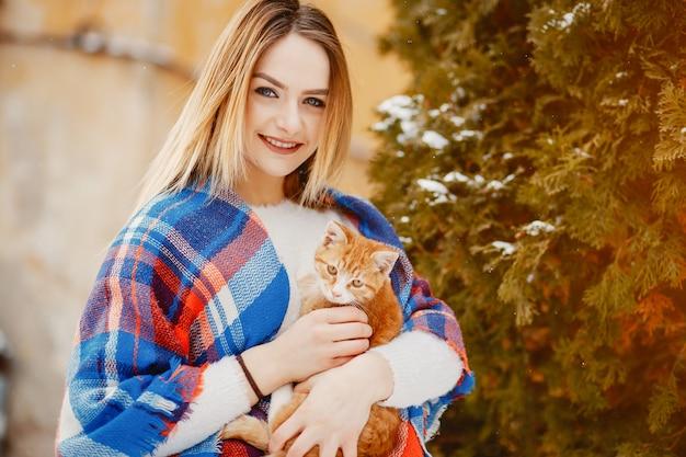 Ragazza con gatto Foto Gratuite