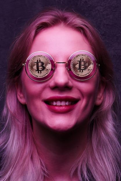 Ragazza con gli occhiali con bitcoin Foto Premium