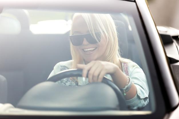 Ragazza con gli occhiali da sole di guida scaricare foto