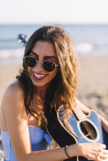 sito affidabile f42f5 304e2 Ragazza con gli occhiali da sole e la chitarra | Scaricare ...