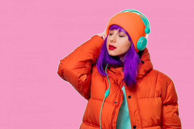 Ragazza con i capelli viola in giacca con le cuffie Foto Premium