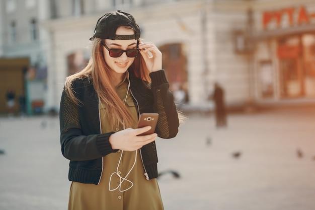 Ragazza con il telefono Foto Gratuite