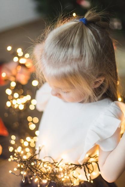 Foto Con Luci Di Natale.Ragazza Con Luci Di Natale Scaricare Foto Gratis