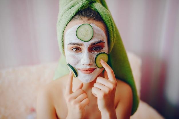 Ragazza con maschera viso Foto Gratuite