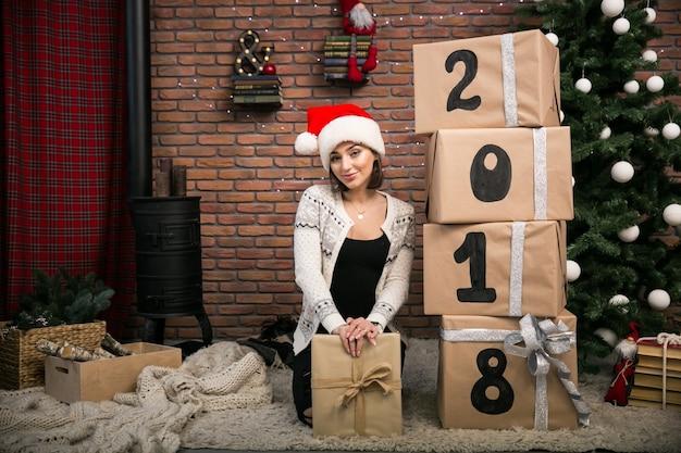 Regali Di Natale Ragazza.Ragazza Con Regali Di Natale Dall Albero Di Natale Scaricare Foto