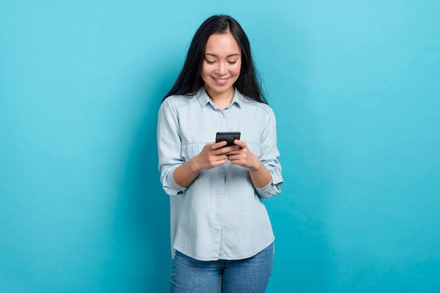 Ragazza con smartphone Foto Gratuite