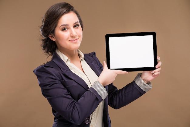 Ragazza con un tablet nelle mani Foto Premium