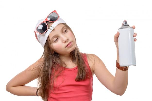 Ragazza con una bomboletta spray Foto Premium