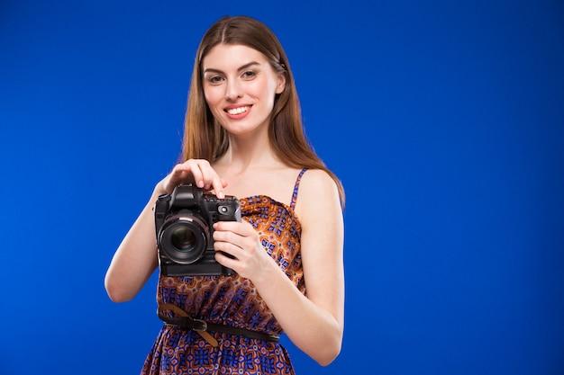 Ragazza con una macchina fotografica in mano Foto Premium