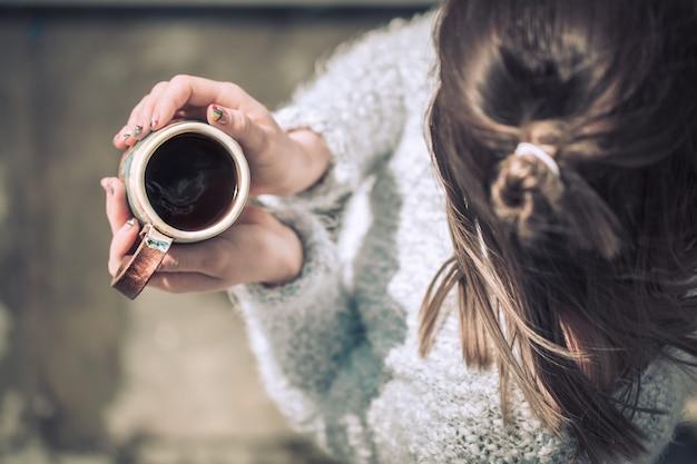Ragazza con una tazza in mano Foto Gratuite