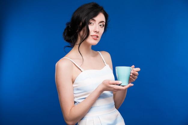 Ragazza con una tazza Foto Premium