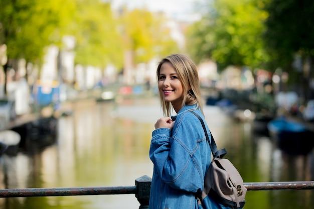Ragazza con zaino ad amsterdam Foto Premium