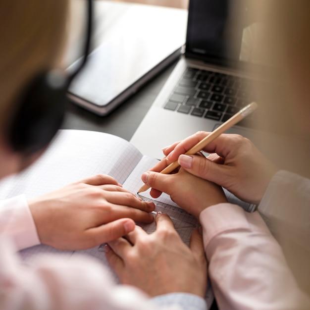 Ragazza d'aiuto della donna nel fare i suoi compiti Foto Gratuite