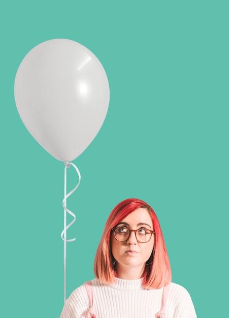 Ragazza dai capelli rosa con un palloncino Foto Gratuite