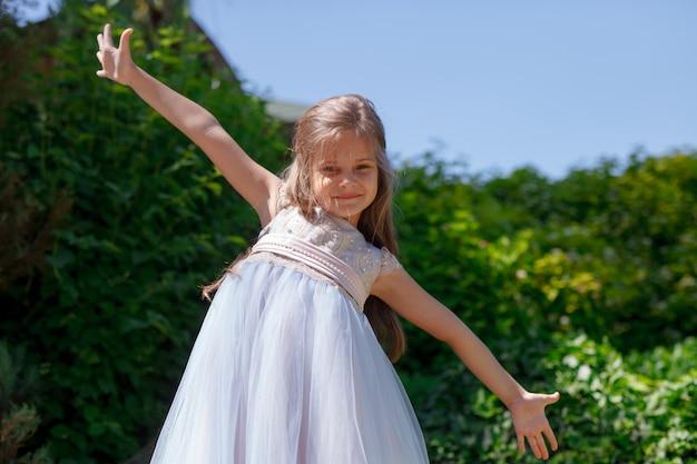 Ragazza del bambino che gioca nel parco all'aperto. Foto Premium