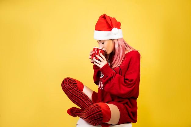 Ragazza del caffè con il cappello rosso della santa Foto Gratuite