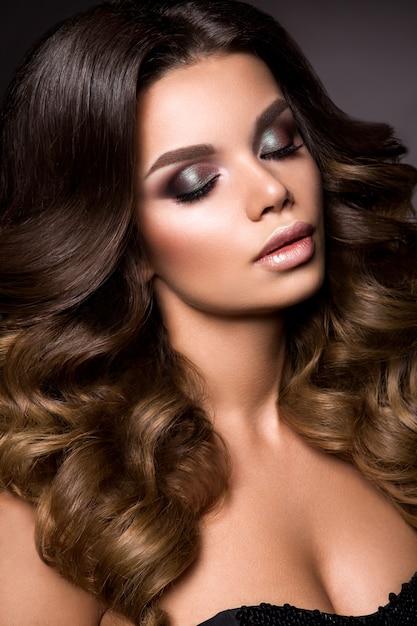 Ragazza del modello di moda di bellezza con trucco luminoso Foto Premium