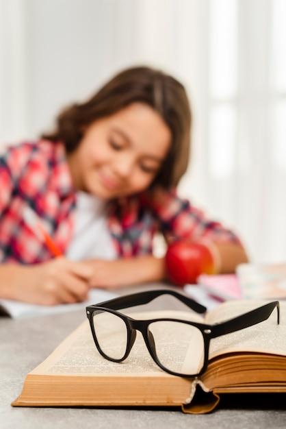 Ragazza del primo piano a casa che fa i compiti Foto Gratuite