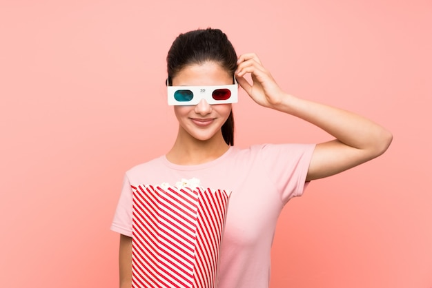 Ragazza dell'adolescente che mangia i popcorn con i vetri 3d Foto Premium