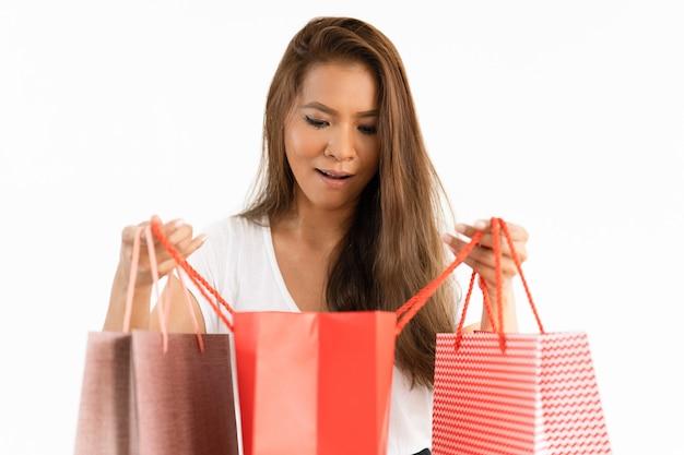Ragazza dell'eccitatore che controlla le merci consegnate Foto Gratuite