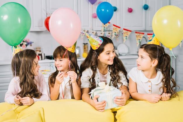 Ragazza di compleanno godendo la festa con i suoi amici a casa Foto Gratuite