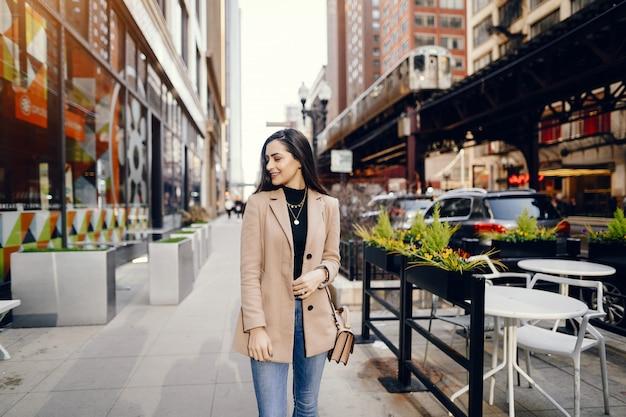 Ragazza di moda che cammina in una città sping Foto Gratuite