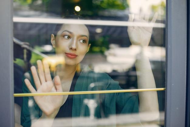 Ragazza di moda in piedi in un caffè estivo Foto Gratuite