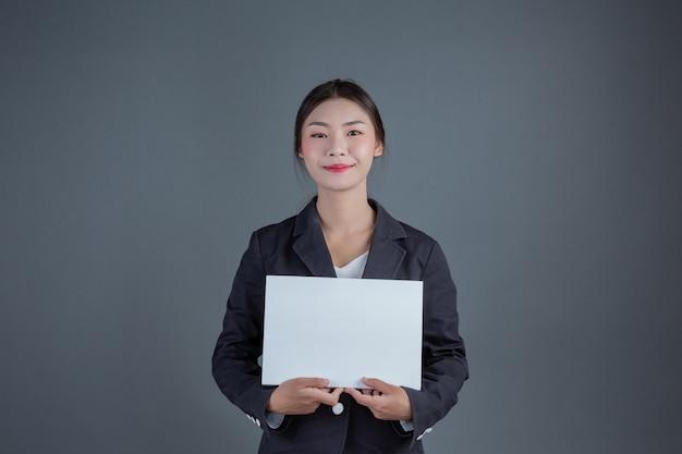 Ragazza di ufficio che tiene una scheda in bianco bianca Foto Gratuite