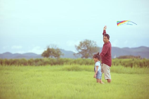 Disegno Di Bambino Che Corre : Ragazza e padre asiatici del bambino con un aquilone che corre e