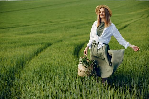 Ragazza elegante e alla moda in un campo estivo Foto Gratuite