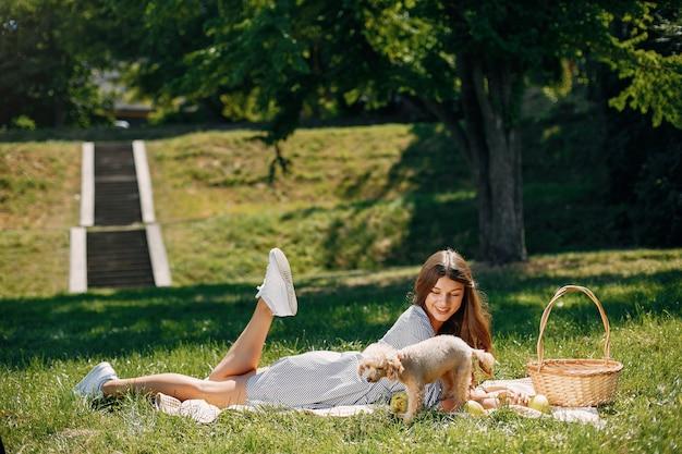 Ragazza elegante e alla moda in un parco di primavera Foto Gratuite