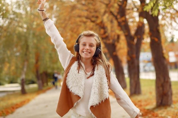 Ragazza elegante e alla moda in un parco in autunno Foto Gratuite