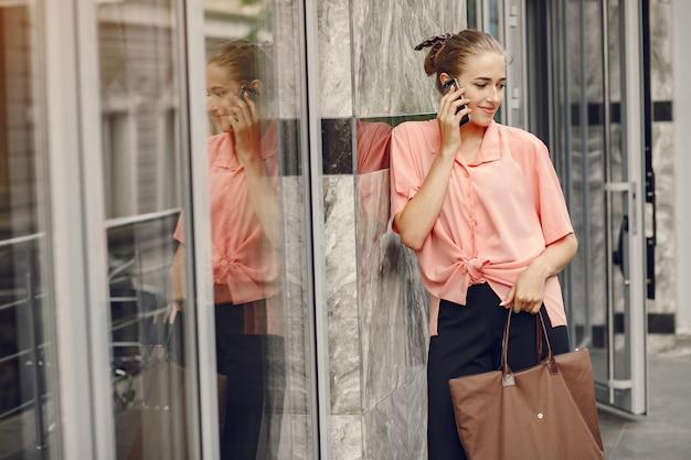 Ragazza elegante e alla moda in una città d'estate Foto Gratuite