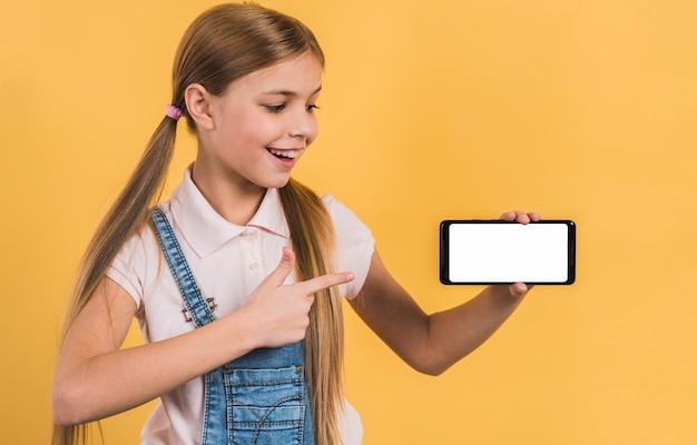 Ragazza felice che mostra qualcosa sul telefono cellulare con display bianco Foto Gratuite