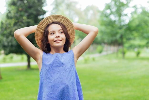 Ragazza felice che posa in natura Foto Gratuite