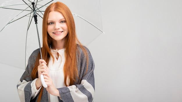 Ragazza felice che tiene ombrello trasparente Foto Gratuite
