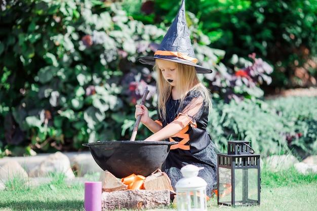 Ragazza felice in costume di halloween Foto Premium